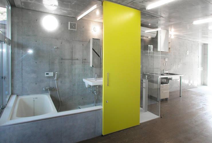 緑に囲まれたステージ: ユミラ建築設計室が手掛けた浴室です。