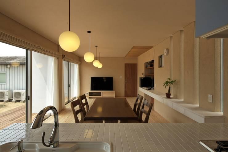 松原の黒い家: eu建築設計が手掛けたダイニングです。