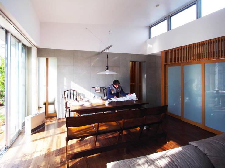 緑の環境と住宅: ユミラ建築設計室が手掛けたリビングです。,モダン