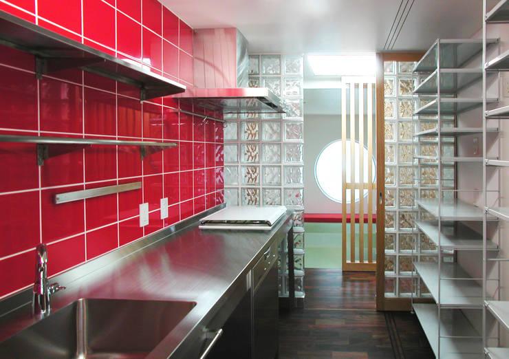 緑の環境と住宅: ユミラ建築設計室が手掛けたキッチンです。,モダン