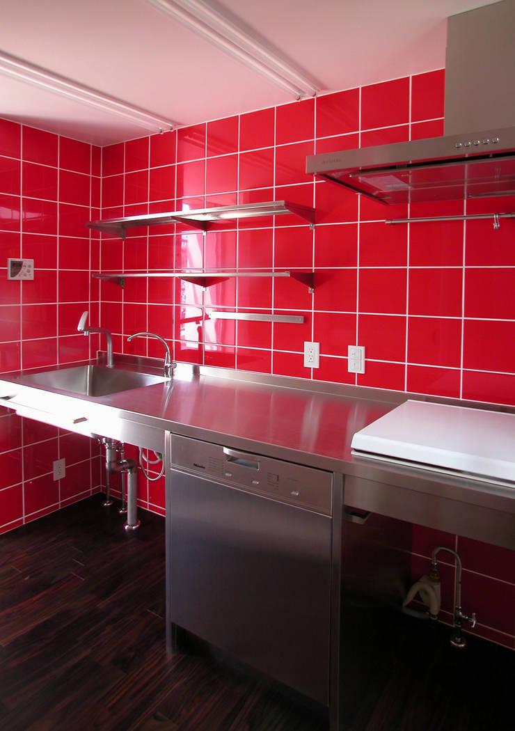 緑の環境と住宅: ユミラ建築設計室が手掛けたキッチンです。