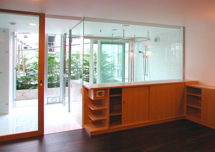緑の環境と住宅: ユミラ建築設計室が手掛けた寝室です。,モダン