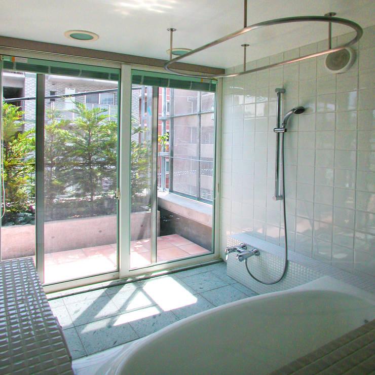緑の環境と住宅: ユミラ建築設計室が手掛けた浴室です。