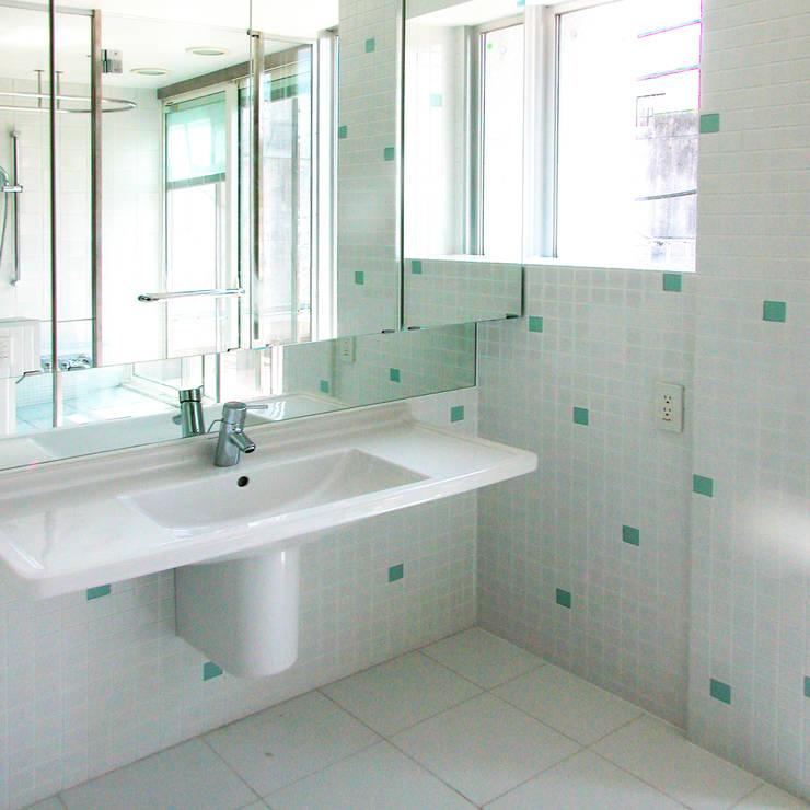 緑の環境と住宅: ユミラ建築設計室が手掛けた浴室です。,モダン