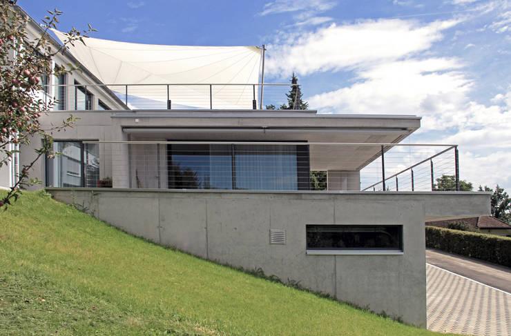 Anbau mit Terrassen:  Terrasse von Schweizer Architekten HTl/STV