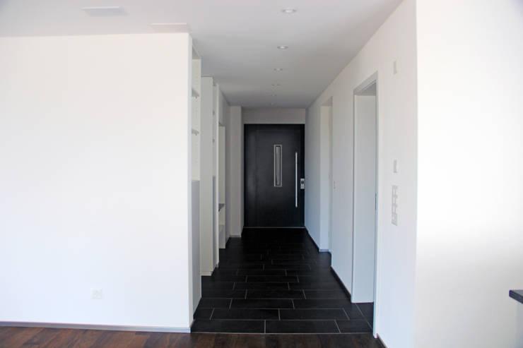Korridor Einliegerwohnung:  Flur & Diele von Schweizer Architekten HTl/STV