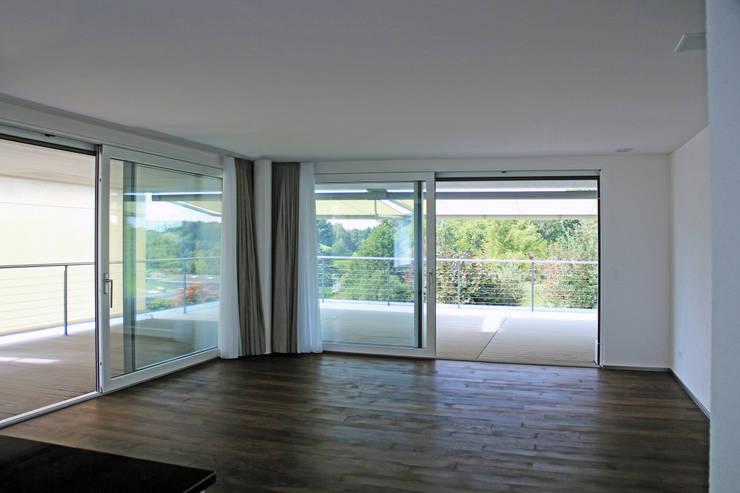Wohnzimmer Einliegerwohnung:  Wohnzimmer von Schweizer Architekten HTl/STV