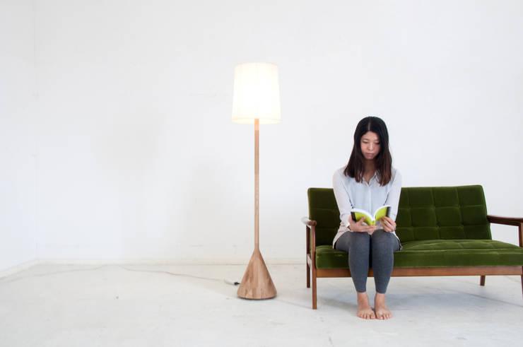 TRANS LAMP: Kairi Eguchi Designが手掛けたリビングルームです。