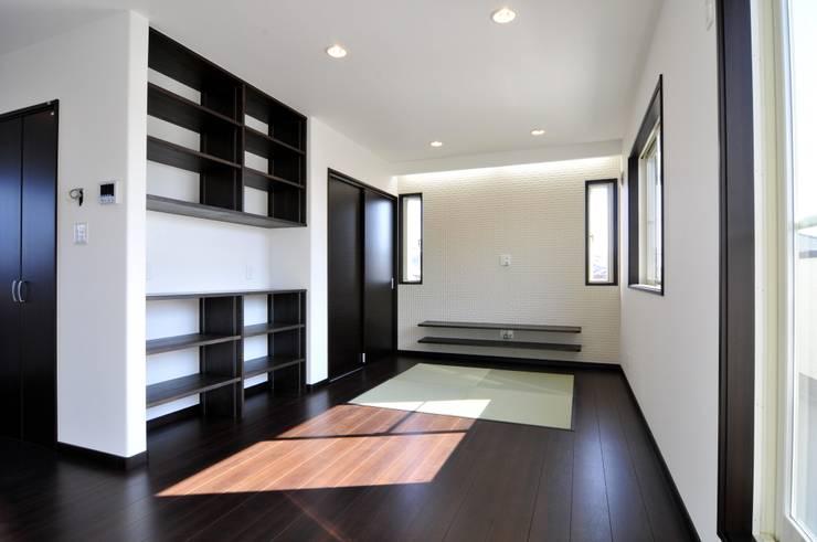 Ruang Keluarga oleh スクエア建築スタジオ, Modern