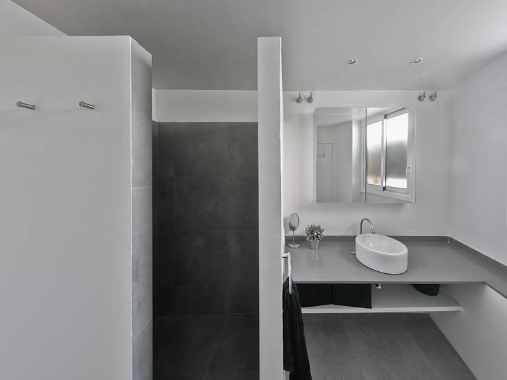 Baño principal: Baños de estilo  de AFarquitectura