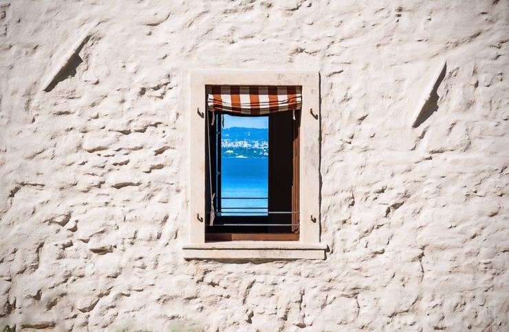 08 - Particolare finestra su prospetto nord-est: Finestre in stile  di Studio Athesis