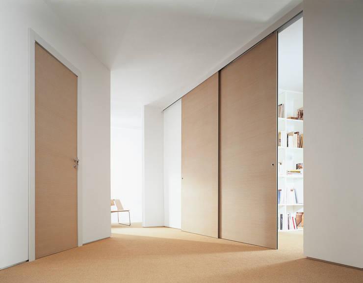 DELO SCORREVOLE: Sala multimediale in stile  di MOVI ITALIA SRL