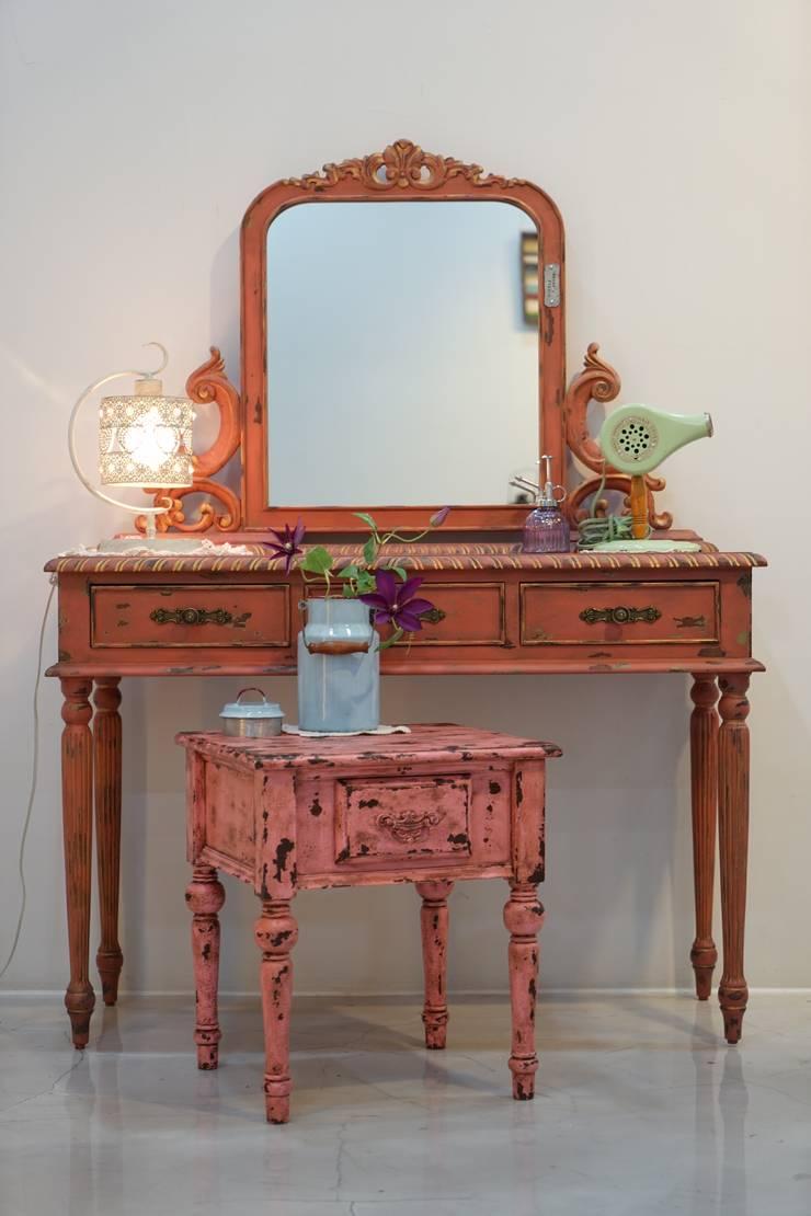 빈티지 화장대: Gemma Art Company의  침실
