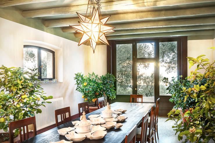 46 - Sala prima colazione: Sala da pranzo in stile  di Studio Athesis