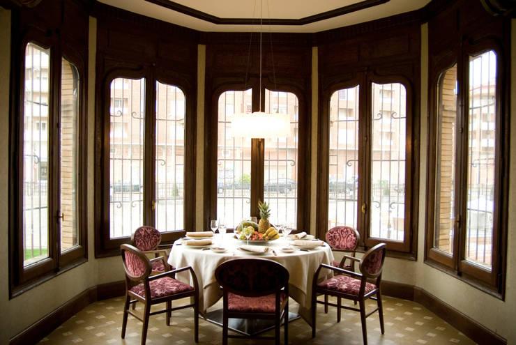 Salón, reconvertido en restaurante: Hoteles de estilo  de ARQUIGESTIÓN ARAGÓN S.L.P.