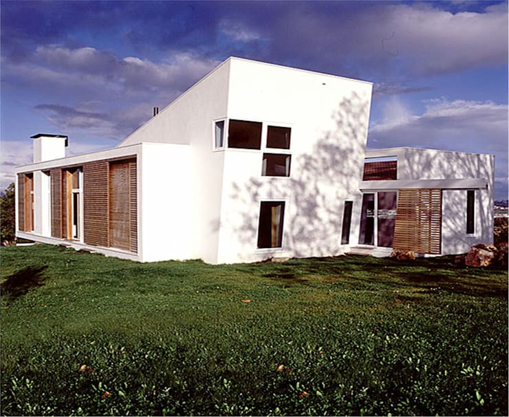 Vivienda en Tiñana, Asturias:  de estilo  de JULIO VALLE