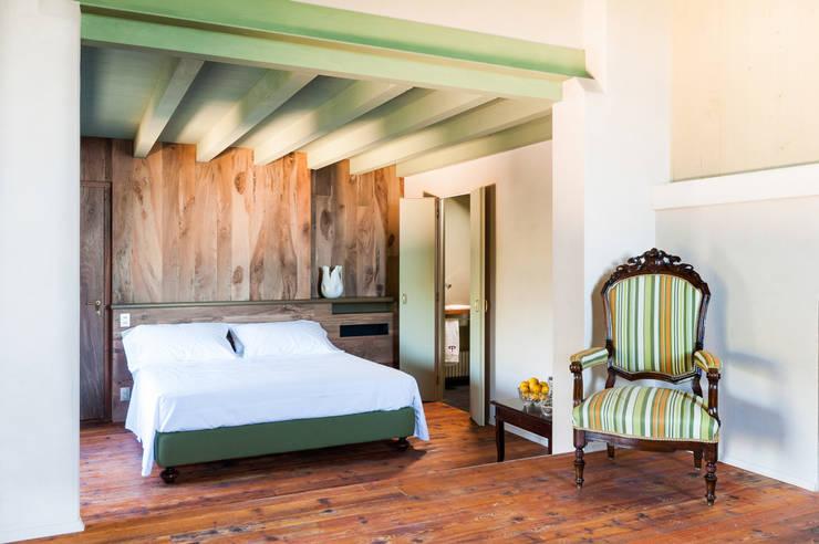 72 - Suite 5: Camera da letto in stile  di Studio Athesis