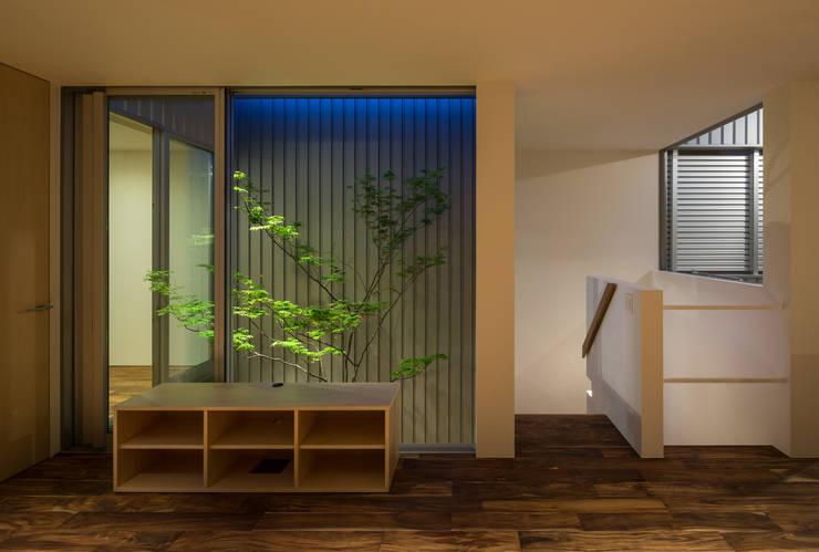 鳳の家 House in Otori: arbolが手掛けた廊下 & 玄関です。
