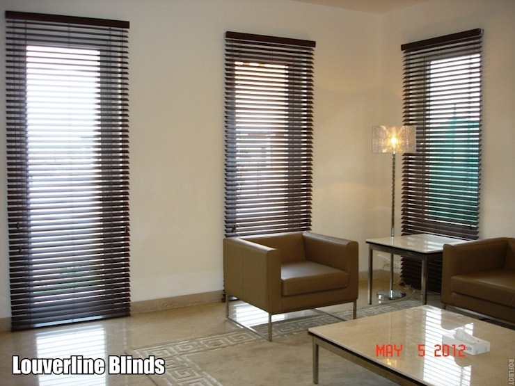Wooden Blinds, Bass wood Blinds:  Living room by Louverline Blinds