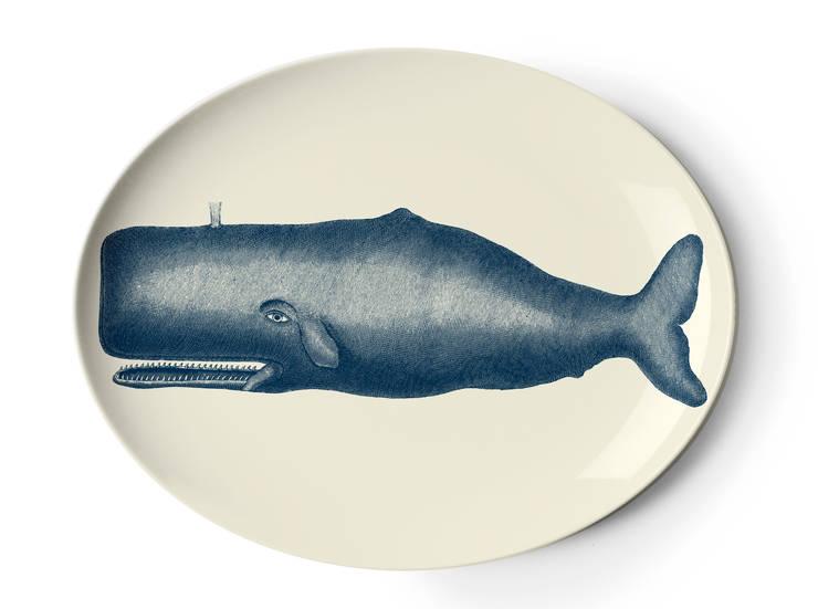 Plateau baleine en mélamine Thomas Paul: Salle à manger de style  par Atomic Soda