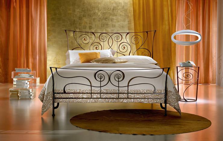 LETTO BRIGITTE: Camera da letto in stile  di Ciacci,