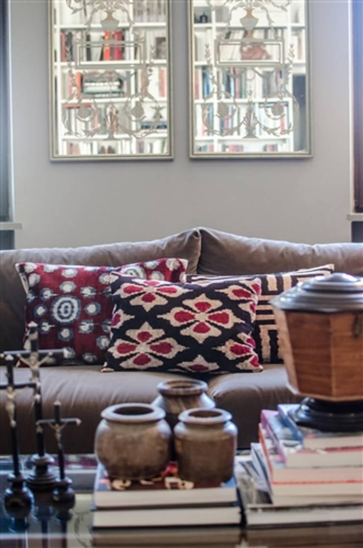 silk velvet cuschion: Salon de style  par les-ottomans