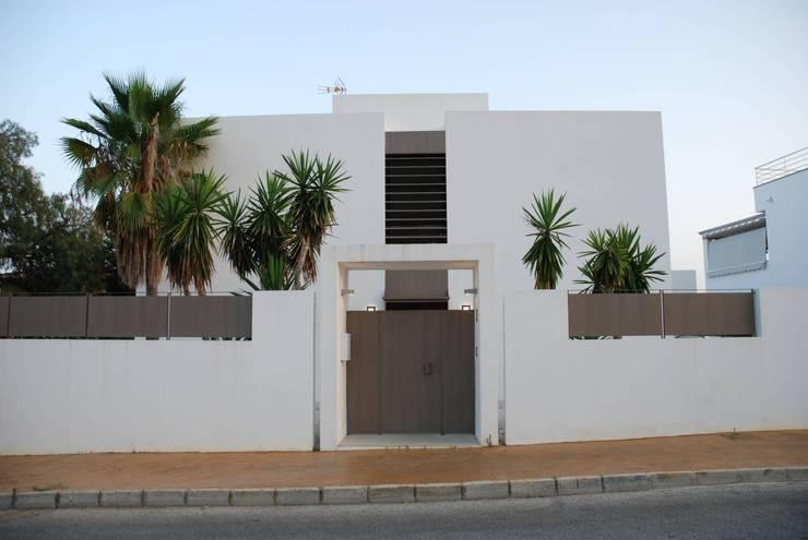 Fachada exterior: Casas de estilo  de REQUE-GALLEGO Arquitectos