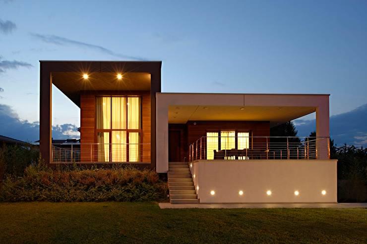 Facciata Anteriore: Giardino in stile  di M A+D Menzo Architettura+Design,