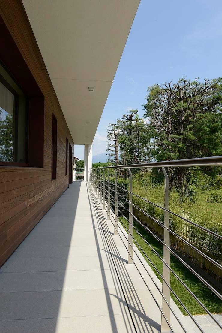 Ballatoio esterno: Giardino in stile  di M A+D Menzo Architettura+Design,