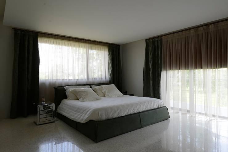 Camera da Letto: Camera da letto in stile  di M A+D Menzo Architettura+Design,