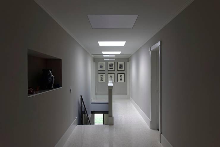 corridoio: Ingresso & Corridoio in stile  di M A+D Menzo Architettura+Design,
