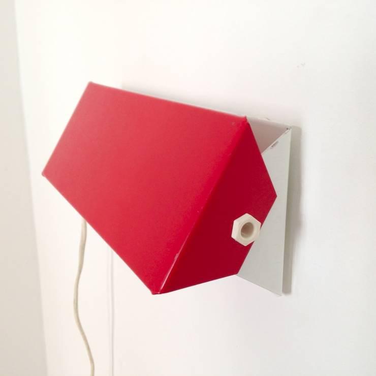 Applique rouge à la Charlotte Perriand: Chambre de style  par La maison bruxelloise