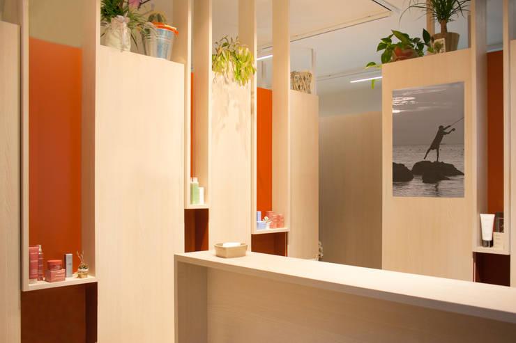 interni per l'accoglienza e il relax: identità di un nuovo centro estetico: Negozi & Locali commerciali in stile  di Flavia Benigni Architetto