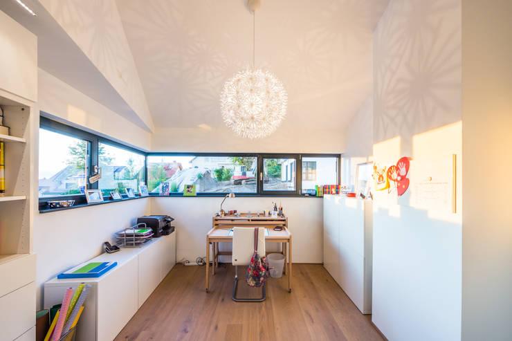 Aufgefächert - Einfamilienwohnhaus in Weinheim:  Arbeitszimmer von Helwig Haus und Raum Planungs GmbH