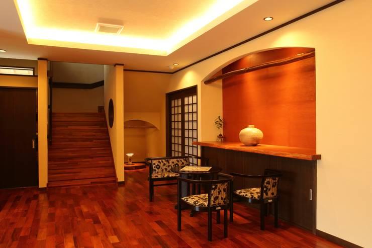 もてなしの家・和のエスプリを継ぐ家: やまぐち建築設計室が手掛けた廊下 & 玄関です。