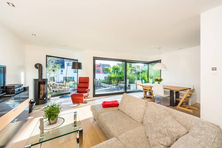 Aufgefächert - Einfamilienwohnhaus in Weinheim:  Wohnzimmer von Helwig Haus und Raum Planungs GmbH