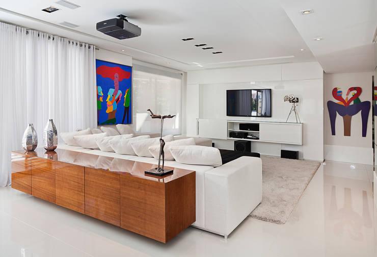 Cliente F: Salas de estar modernas por Link Interiores