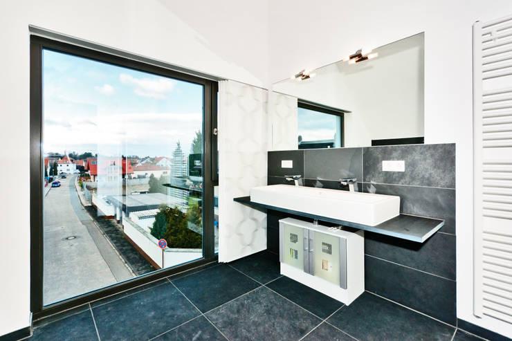 Projekty,  Łazienka zaprojektowane przez Helwig Haus und Raum Planungs GmbH