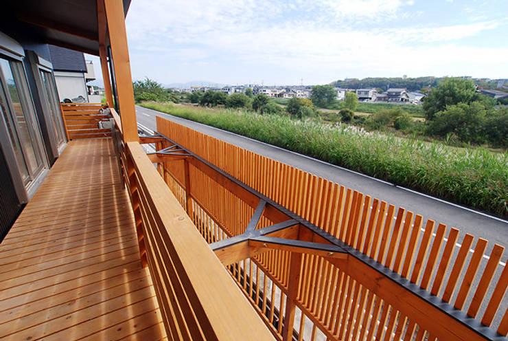 連格子のある家: Atelier繁建築設計事務所が手掛けたテラス・ベランダです。