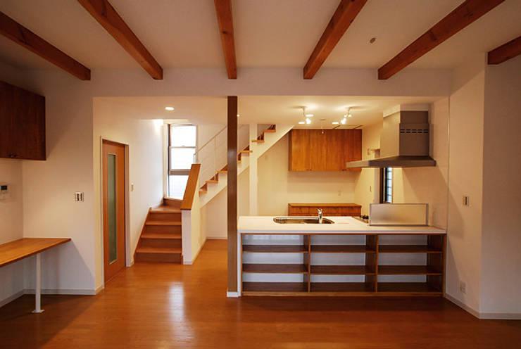 連格子のある家: Atelier繁建築設計事務所が手掛けたキッチンです。
