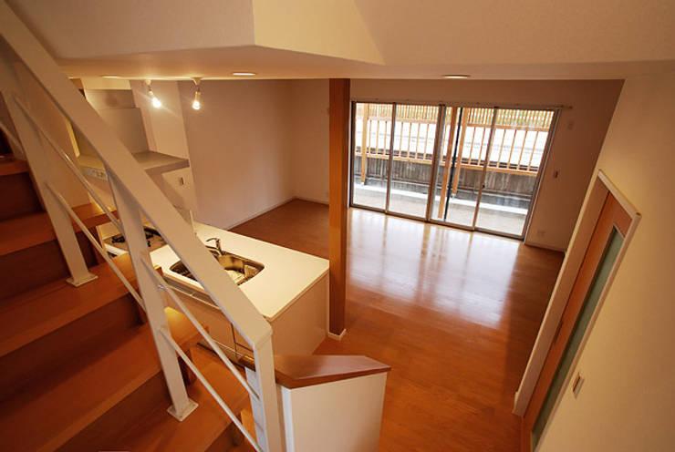 連格子のある家: Atelier繁建築設計事務所が手掛けたリビングです。
