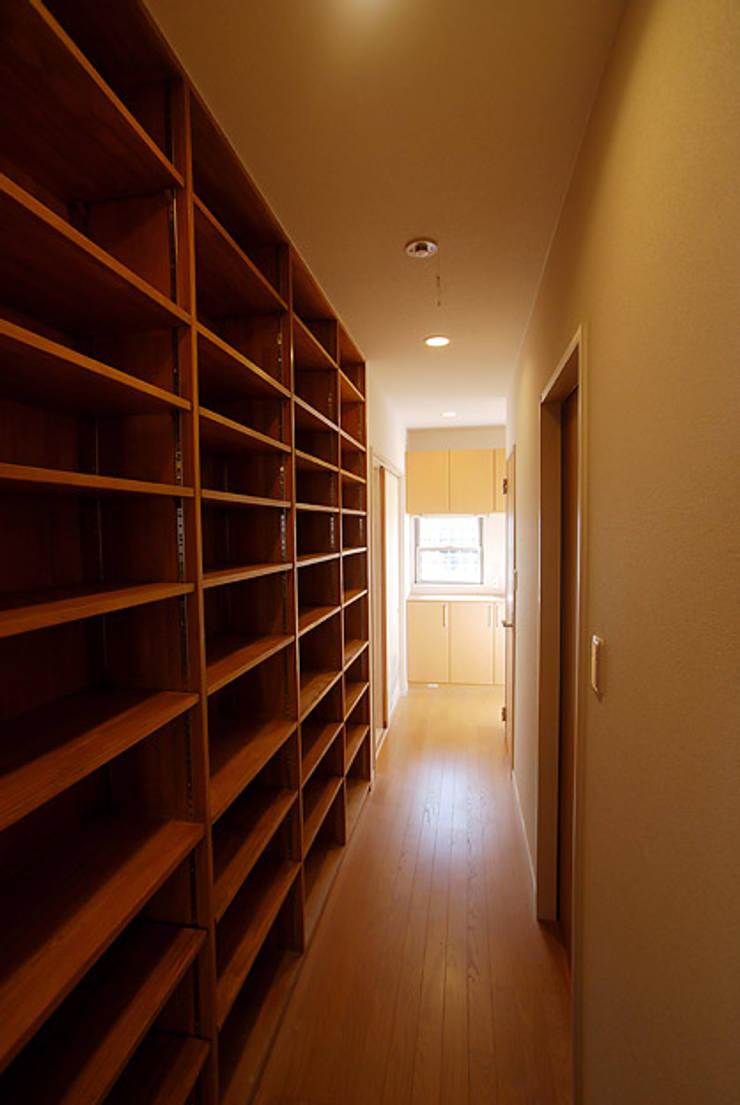 連格子のある家: Atelier繁建築設計事務所が手掛けた廊下 & 玄関です。