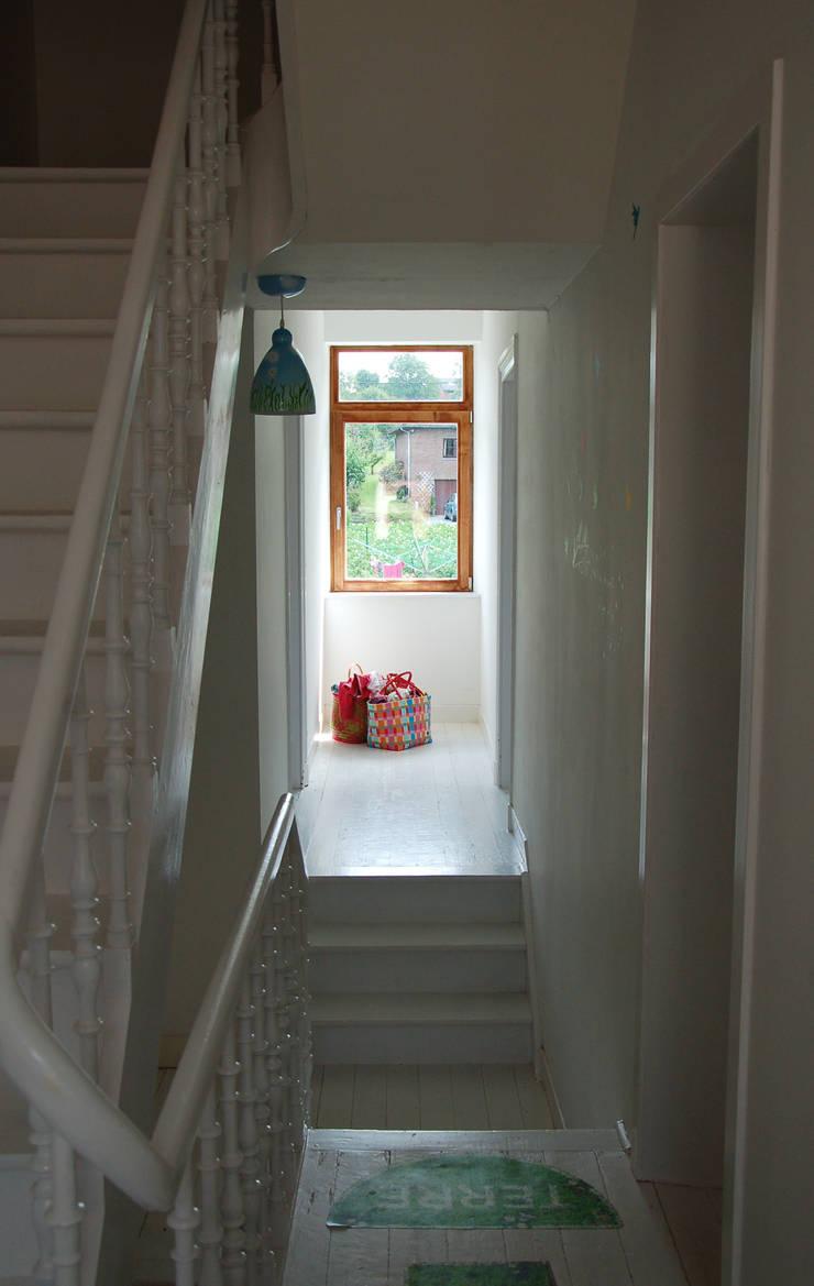 Transformation d'une maison unifamiliale à Aubin, Belgique: Maisons de style  par Kioub