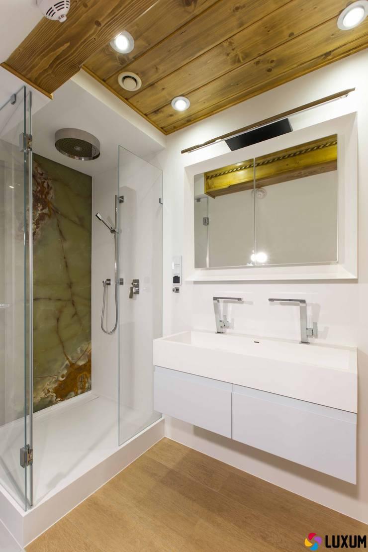 Umywalka na wymiar: styl , w kategorii Łazienka zaprojektowany przez Luxum