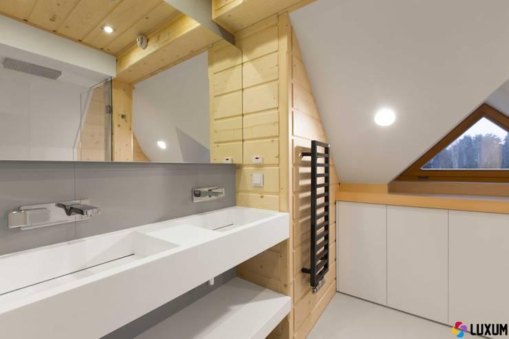 Podwójna umywalka od Luxum: styl , w kategorii Łazienka zaprojektowany przez Luxum