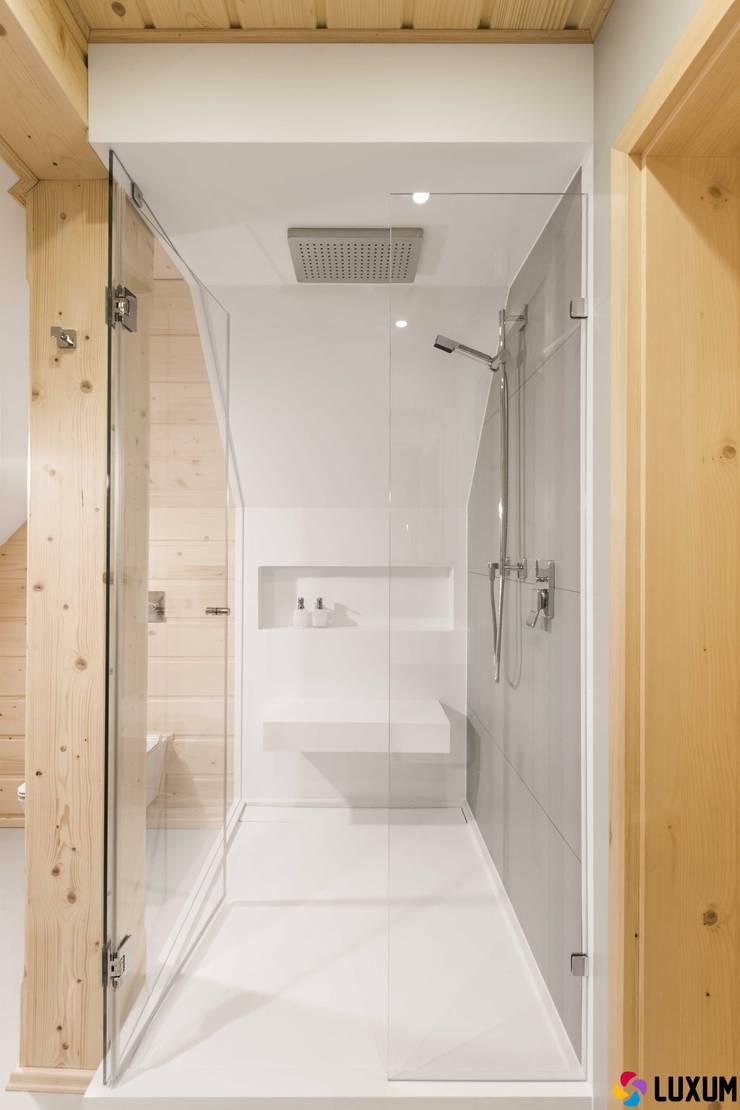 Brodzik na wymiar: styl , w kategorii Łazienka zaprojektowany przez Luxum