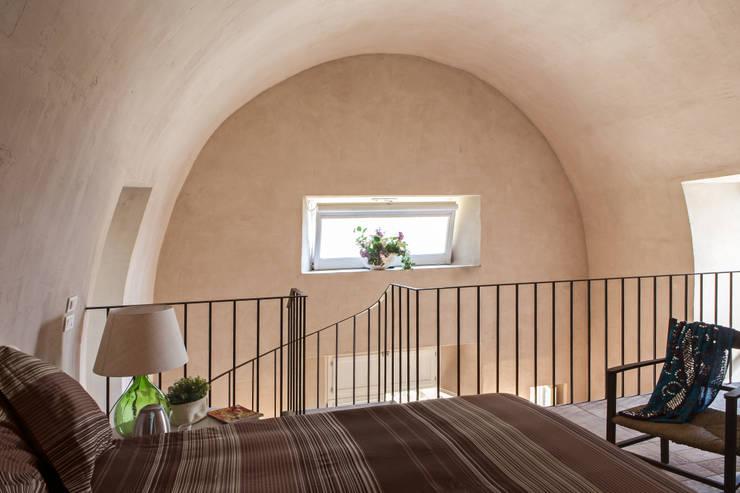 UN CELLAIO A POSILLIPO: Camera da letto in stile in stile Mediterraneo di Lo studio di Giuliana Morelli