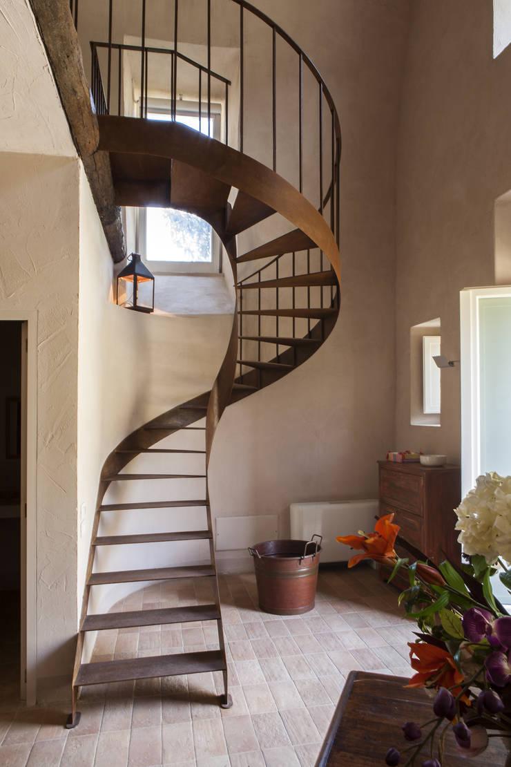 UN CELLAIO A POSILLIPO: Ingresso & Corridoio in stile  di Lo studio di Giuliana Morelli