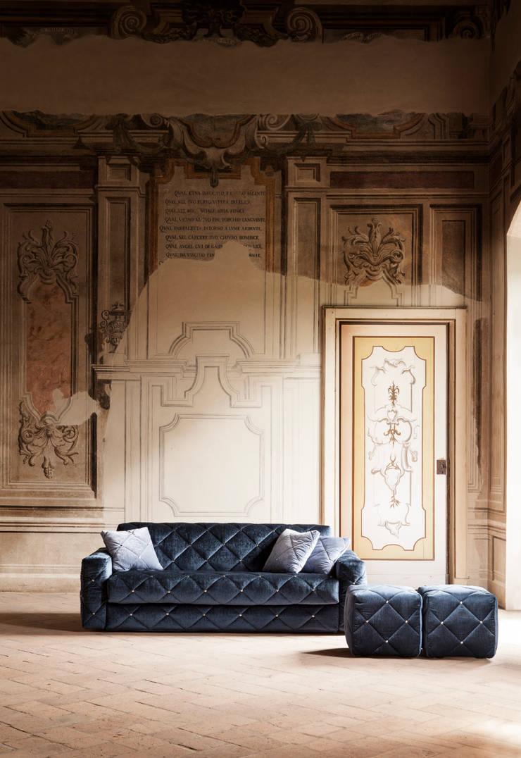 DOUGLAS: Soggiorno in stile  di Milano Bedding