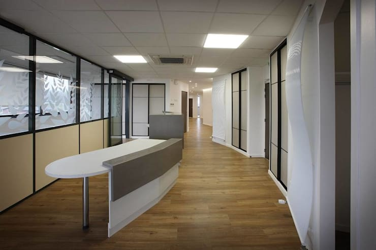Cabinet dentaire : circulation et accueil: Cliniques de style  par COPERNIC